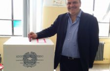 Il momento del voto dell'on. Francesco De Angelis